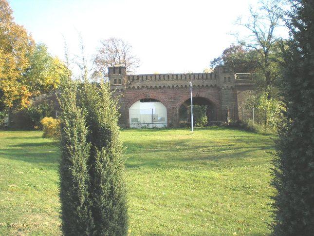Blick von außerhalb der Festung auf das rekonstruierte Berliner Tor